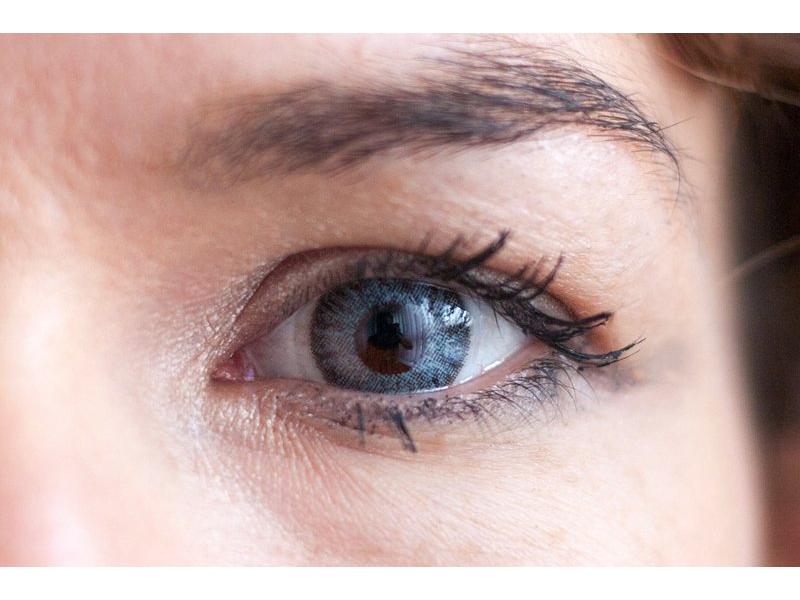 Grey na hnědém oku